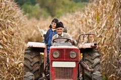 Gente rurale alla raccolta del cereale immagine stock libera da diritti
