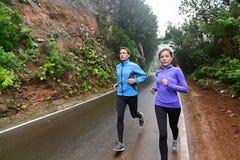 Gente sana de la forma de vida que corre en la carretera nacional Fotografía de archivo libre de regalías