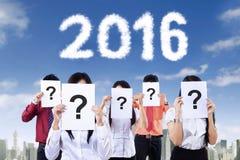Gente sconosciuta con il segno di domanda ed il numero 2016 Fotografia Stock