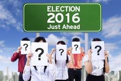 Gente sconosciuta con la commissione elettorale Immagine Stock