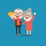 Gente senior con il porcellino salvadanaio dorato Fotografie Stock Libere da Diritti