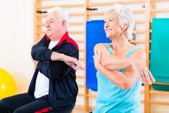 Gente senior nell'esercizio di forma fisica immagine stock libera da diritti