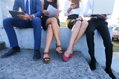 Gente sicura attraente, due ragazzi e due ragazze, entrepreneu Fotografie Stock Libere da Diritti