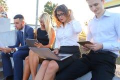 Gente sicura attraente, due ragazzi e due ragazze, entrepreneu Immagini Stock Libere da Diritti