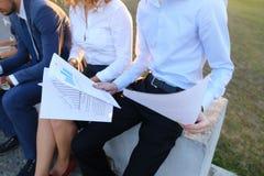 Gente sicura attraente, due ragazzi e due ragazze, entrepreneu Fotografia Stock Libera da Diritti