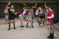 Gente sin los pantalones en la estación de la unión durante Imagenes de archivo