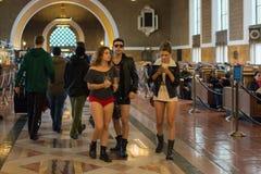 Gente sin los pantalones en la estación de la unión durante Imagen de archivo