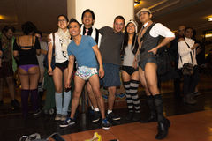 Gente sin los pantalones en la estación de la unión durante Fotos de archivo libres de regalías