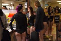 Gente sin los pantalones que compra la comida durante Imagenes de archivo
