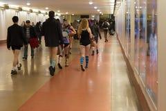 Gente sin los pantalones que llegan en la estación de la unión durante Foto de archivo