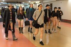Gente sin los pantalones que llegan en la estación de la unión durante Imagen de archivo libre de regalías