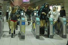 Gente sin los pantalones que llegan en la estación de metro durante Imagen de archivo