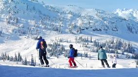 Gente Ski Past Mountains In The Sun almacen de metraje de vídeo
