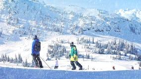 Gente Ski Past With Snow Falling metrajes