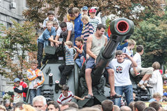 Gente sobre un tanque de batalla Imágenes de archivo libres de regalías