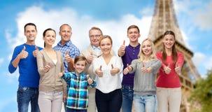Gente sonriente que muestra los pulgares para arriba sobre torre Eiffel Fotografía de archivo libre de regalías
