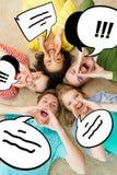 Gente sonriente que se acuesta en piso y que grita Imagen de archivo libre de regalías