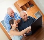Gente sonriente   trabajo en el ordenador portátil Fotografía de archivo libre de regalías