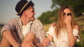 Gente sonriente y de risa que tiene buen tiempo afuera en día caliente del verano Datación, amor, feliz, smlile, lought, hablando almacen de metraje de vídeo