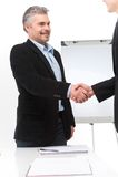 Gente sorridente che stringe le mani in ufficio Fotografia Stock Libera da Diritti