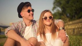 Gente sorridente e di risata che ha buon tempo fuori il giorno caldo di estate Datazione, amore, felice, smlile, lought, parlante stock footage