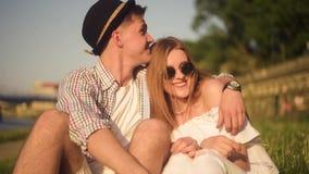 Gente sorridente e di risata che ha buon tempo fuori il giorno caldo di estate Datazione, amore, felice, smlile, lought, parlante video d archivio