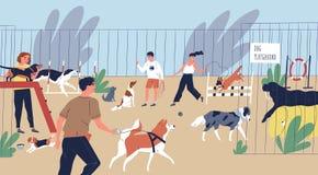 Gente sorridente felice che gioca con i cani al campo da giuoco Uomini svegli e donne divertenti che camminano e che preparano gl illustrazione vettoriale