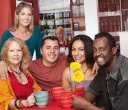 Gente sorridente in un caffè Immagine Stock