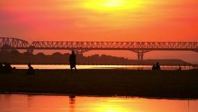 Gente stupefacente del locale e di tramonto sul fiume di Irrawaddy myanmar stock footage