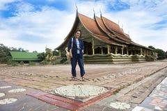 Gente tailandesa asiática de la mujer que ruega Buda y viaje en el prao del phu de Wat en el distrito de Sirindhorn en Ubon Ratch imagenes de archivo