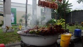 Gente tailandesa que cocina receta secada al sol asada a la parrilla de la carne de vaca y del cerdo en estilo tailandés de la es almacen de metraje de vídeo