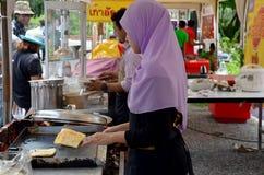 Gente tailandesa que cocina Roti Mataba para la venta Foto de archivo libre de regalías