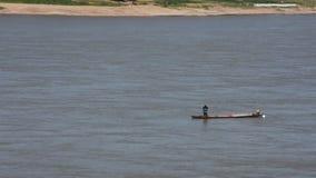 Gente tailandesa y de Laos que monta el barco de la cola larga para la pesca de la captura en el río Mekong metrajes
