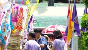 Gente tailandesa y turistas de ultramar alrededor de banderas del lanna de tung almacen de video