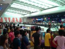 Gente tailandese che aspetta per vedere film libero Immagine Stock