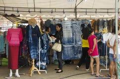 Gente tailandese che comperano e vestiti di vendita nel mio fashio del negozio dell'abbigliamento Immagini Stock