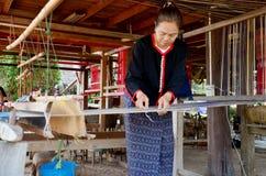 Gente tailandese di Phu che per mezzo del telaio o del telaio per la tessitura della manifestazione t fotografie stock libere da diritti