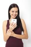 Gente tecnológica Mujer joven asiática que usa smartphone Fotos de archivo