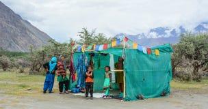 Gente tibetana con una baracca in Ladakh, India Immagine Stock Libera da Diritti