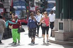 Gente a través del camino cerca de la estación de la calle de Liverpool a los trenes y al metro Foto de archivo