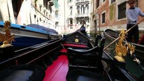 Gente turística que navega con la góndola a través de las calles de la ciudad de Venecia, Italia almacen de metraje de vídeo