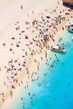 Gente turística que se baña en el sol, natación y jugando a juegos Fotos de archivo libres de regalías