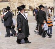Gente ultra ortodoxa en Jerusalén imágenes de archivo libres de regalías