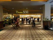 Gente vaga non riconosciuta Cinema XXI dentro un centro commerciale immagine stock