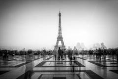 Gente vaga su Trocadero quadrato ammirando la torre Eiffel, Parigi Francia Fotografia Stock