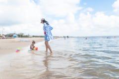 Gente vaga sulla La Porte, il Texas, U.S.A. della spiaggia fotografia stock libera da diritti