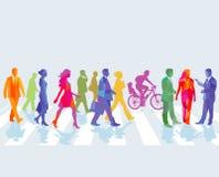 Gente variopinta che cammina sulla via Immagini Stock