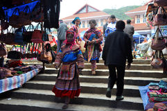 Gente vietnamita che porta costume tradizionale nel mercato di Bac Ha, Fotografia Stock