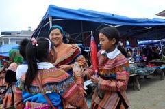 Gente vietnamita che porta costume tradizionale nel mercato di Bac Ha, Immagini Stock Libere da Diritti
