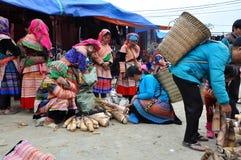 Gente vietnamita che porta costume tradizionale nel mercato di Bac Ha, Immagine Stock